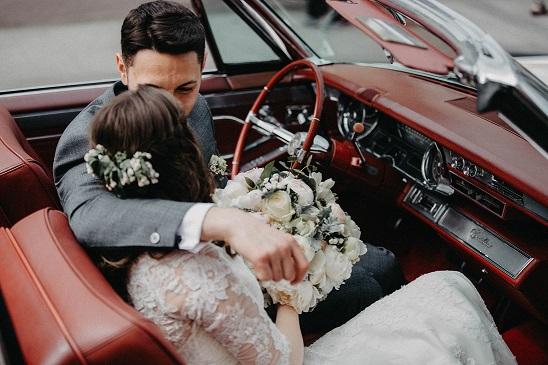 Esküvői érkezés autóval